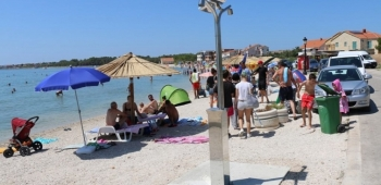Tuševi i kabine za presvlačenje na plaži Jadro