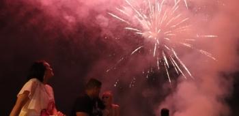 Tri zabavljačke skupine iz Zadra sinoć su svirkom od 21 sati zabavljale Virane i virske goste na tradicionalnoj Virskoj noći